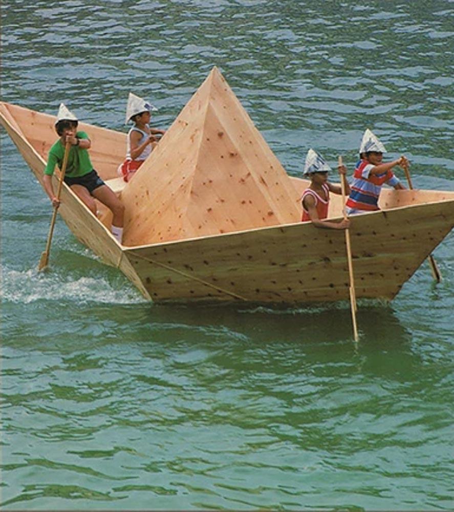 Todo comenzó en 1985 con una barca de madera con forma de barco de papel