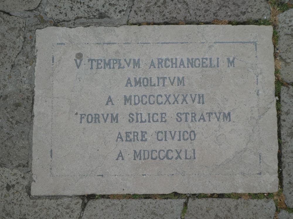 La placa sobre el pavimento de la plaza que señala la ubicación de la demolida iglesia de Sant'Angelo
