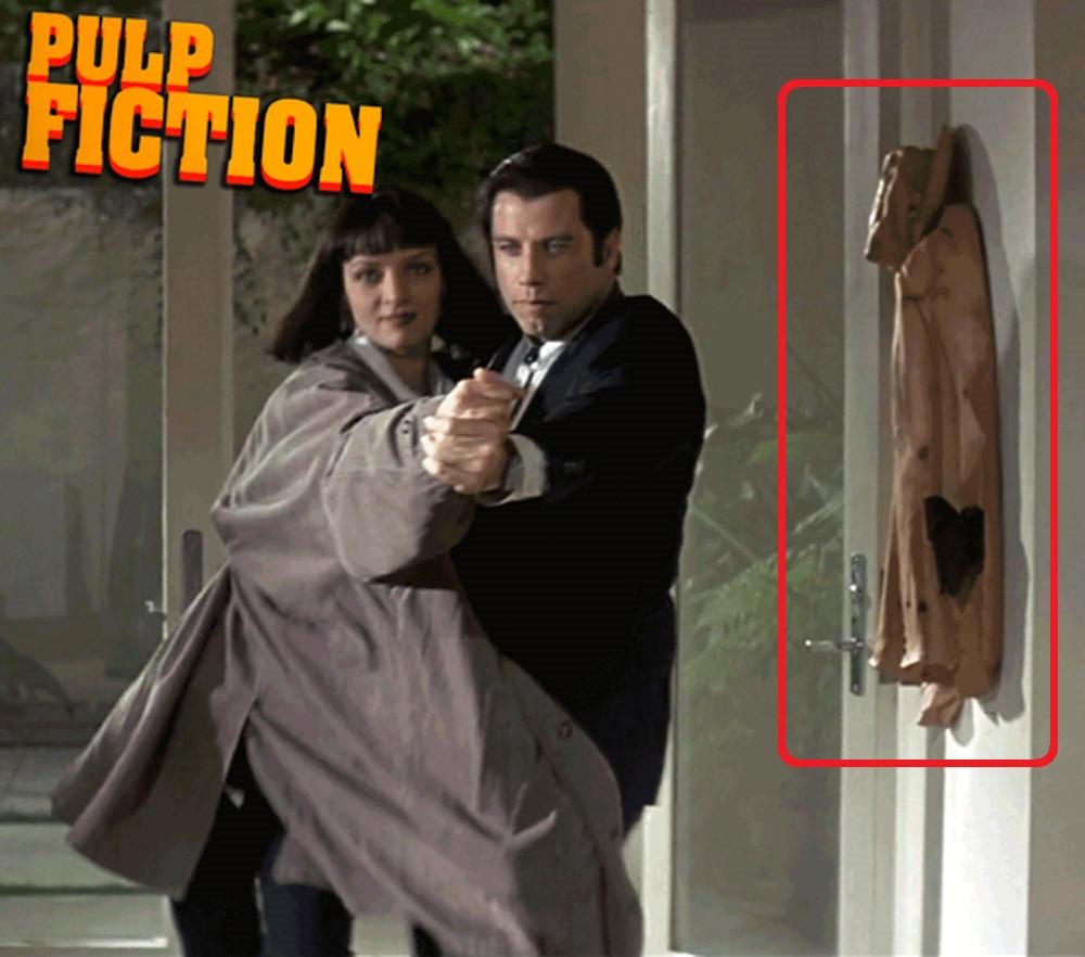 """Escena de """"Pulp Fiction"""", en la que aparece colgada una chaqueta de madera de este artista"""