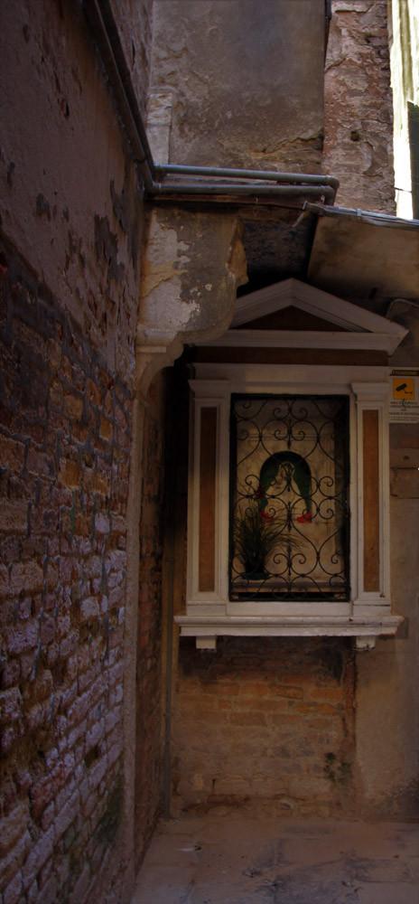 Imagen de la Virgen en lugar oscuro para disuadir a los atracadores y asesino de cometer malas acciones
