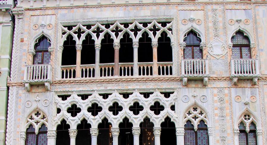 ventanales gótico-bizantinos de la fachada