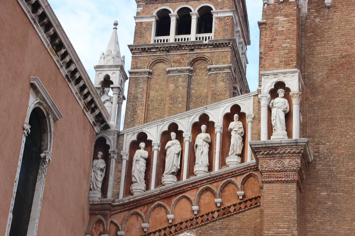 Detalle apóstoles en fachada