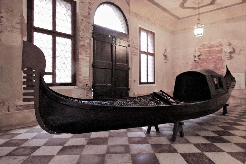 Góndola con felze en color negro, en el palacio Ca'Rezzonico
