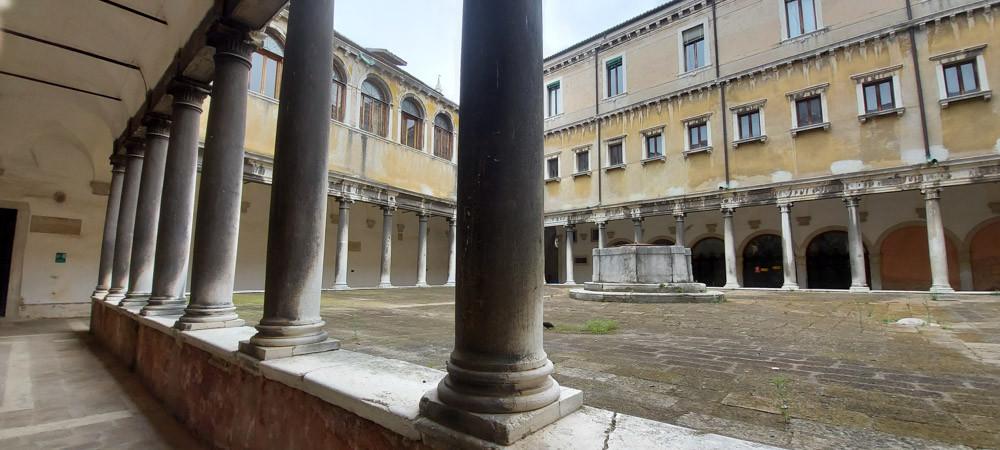 Uno de los claustros del monasterios de San Stefano