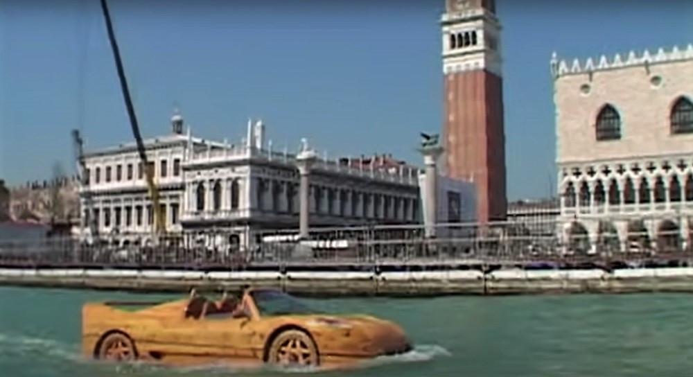 Ferrari F50 propulsado con un motor de barco Yamaha, creado por Livio di Marchi