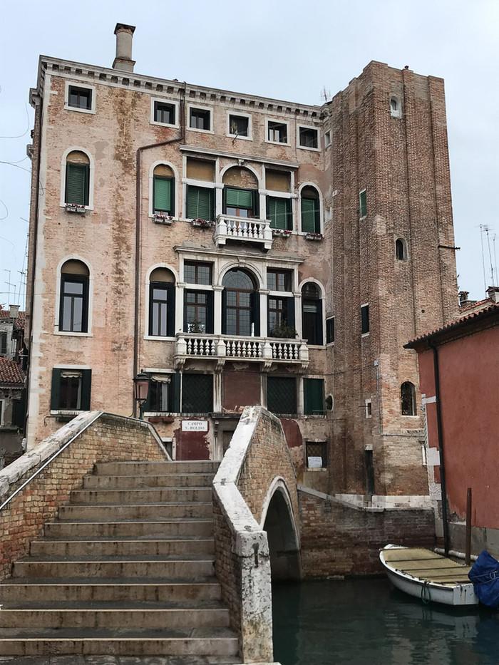 Casa campanario habitado desde el puente storto