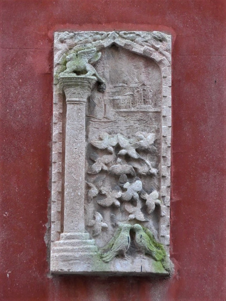 Otra patera con San marcos sobre una columna y pájaros volando