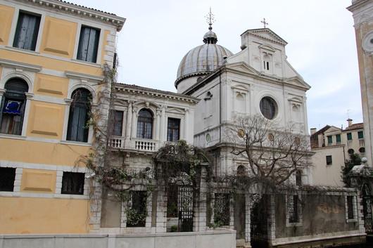 La iglesia y a la izquierda el museo de iconos