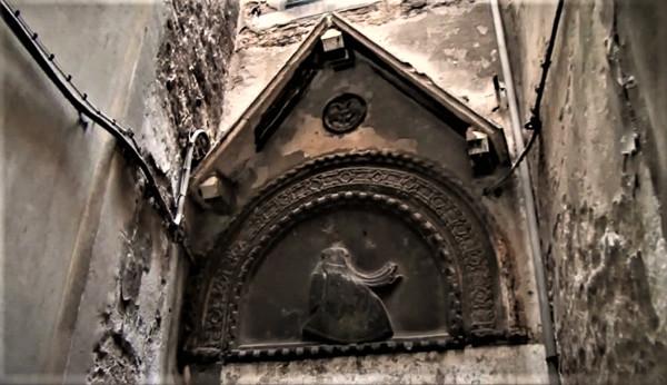 Arco en el que se puede ver un casco y un escudo ¿Por qué están aquí?
