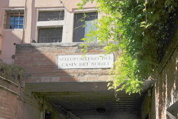 Entrando al Sotoportego (pasadizo) del Casin dei Nobili