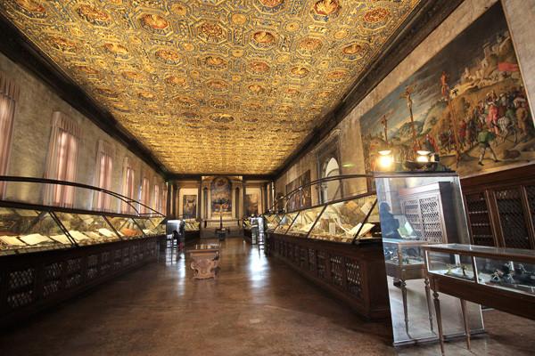 Museo de anatomía patológica entre obras de arte