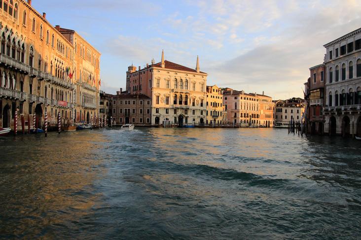 Vuelta del Canal, con el Palacio Balbi como elemento central
