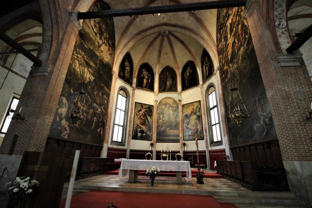 """Las pinturas de Tintoretto en el presbiterio: derecha """"El Juicio Universal""""; Izquierda: """"La Adoración del Becerro de Oro"""". Frontal: La Anunciación. Derecha al fondo: la decapitación de San Pablo. Izda,: Aparición de la Cruz a San Pedro"""