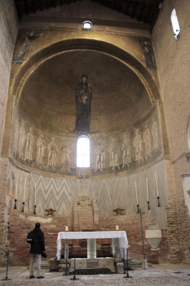 Interior Santa Maria Assunta: mosaico de la Virgen con el niño que se eleva sobre los doce apóstoles