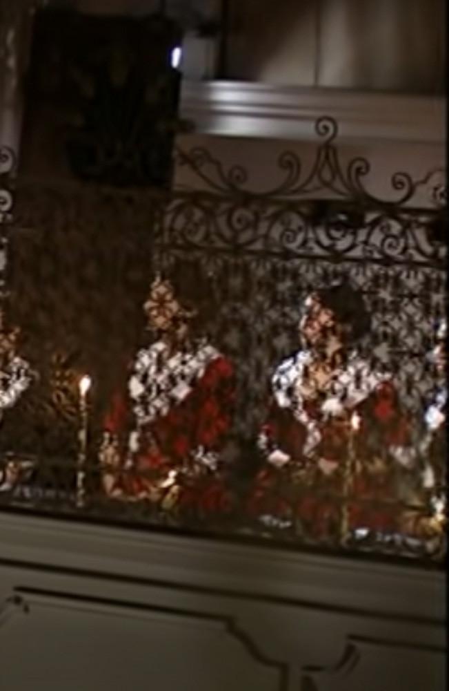 Las figlie di Choro, vestidas de rojo (era el color del hospicio de la Pietà) cantando tras las rejas