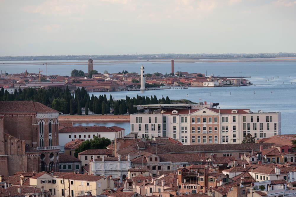 Vistas hacia el Este: la isla de Murano (con el faro blanco en el centro) al fondo