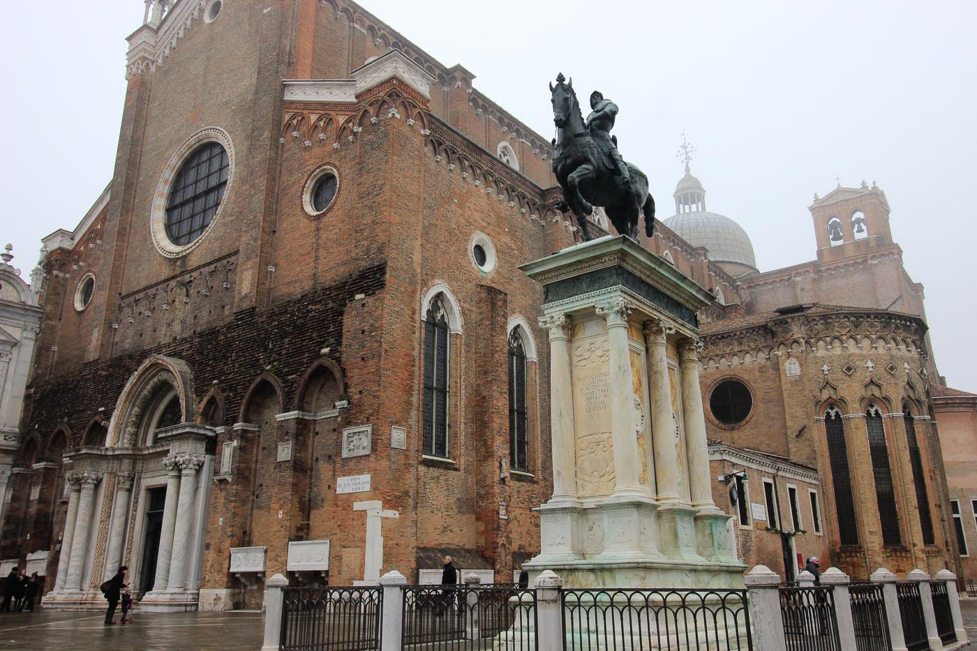 Fachada con la estatua de Corleoni