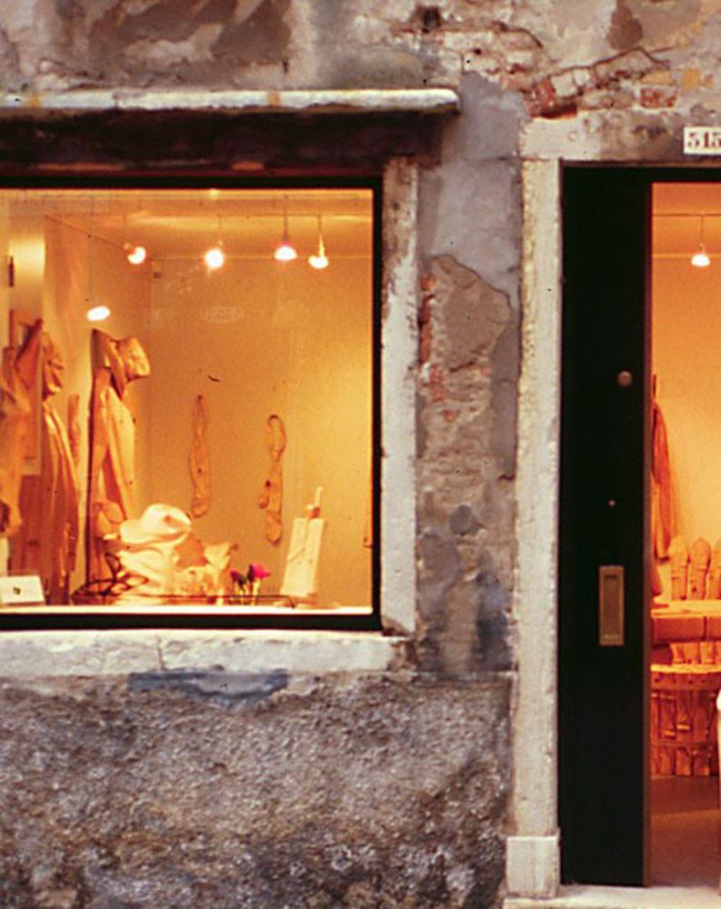 Escaparate del taller de Livio di Marchi con prendas de madera