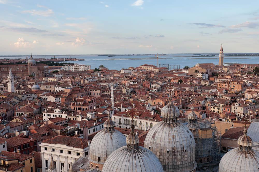 Vistas hacia el Este con las cúpulas de la Basílica de San Marcos en primer plano
