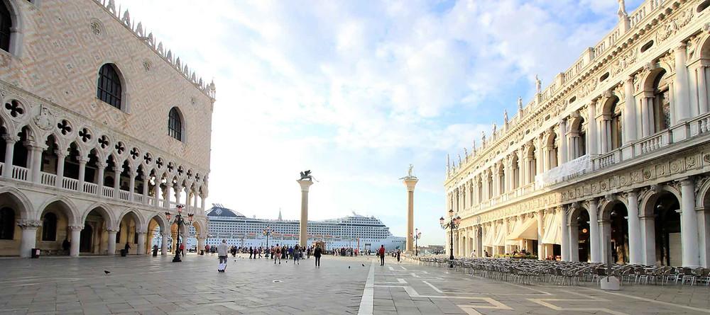 Crucero pasando por delante de la plaza de San Marcosenezia