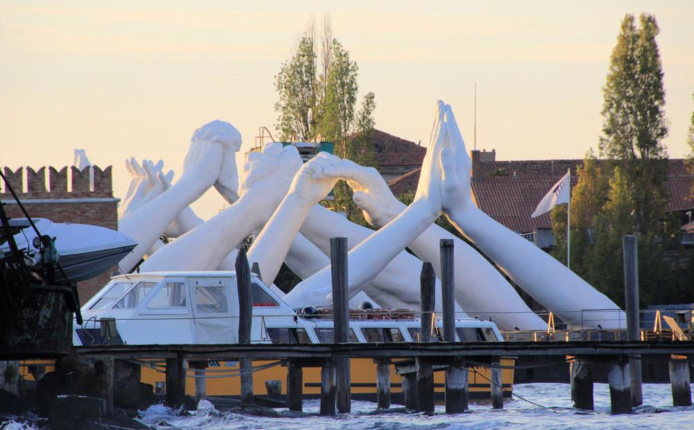 Las manos de una blancura nívea se alzan hacia el cielo