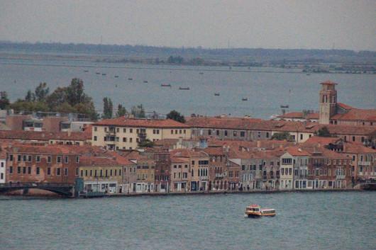 Torre de la Iglesia de Santa Eufemia a la derecha