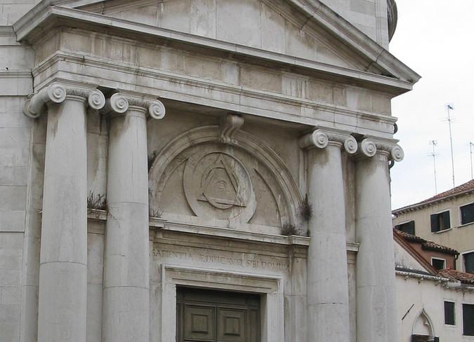 Símbolos másonicos sobre la puerta de entrada