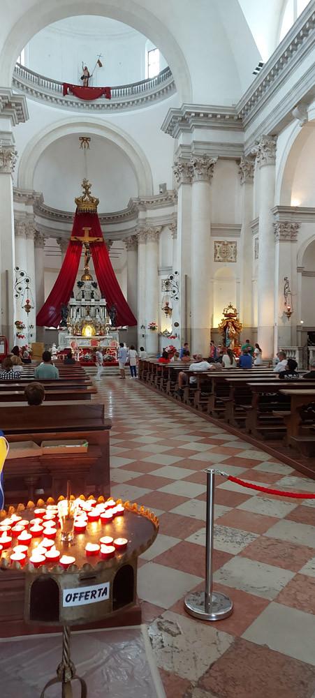 Interior de la iglesia del Redentor. Ofrenda mediante encendido de velas.