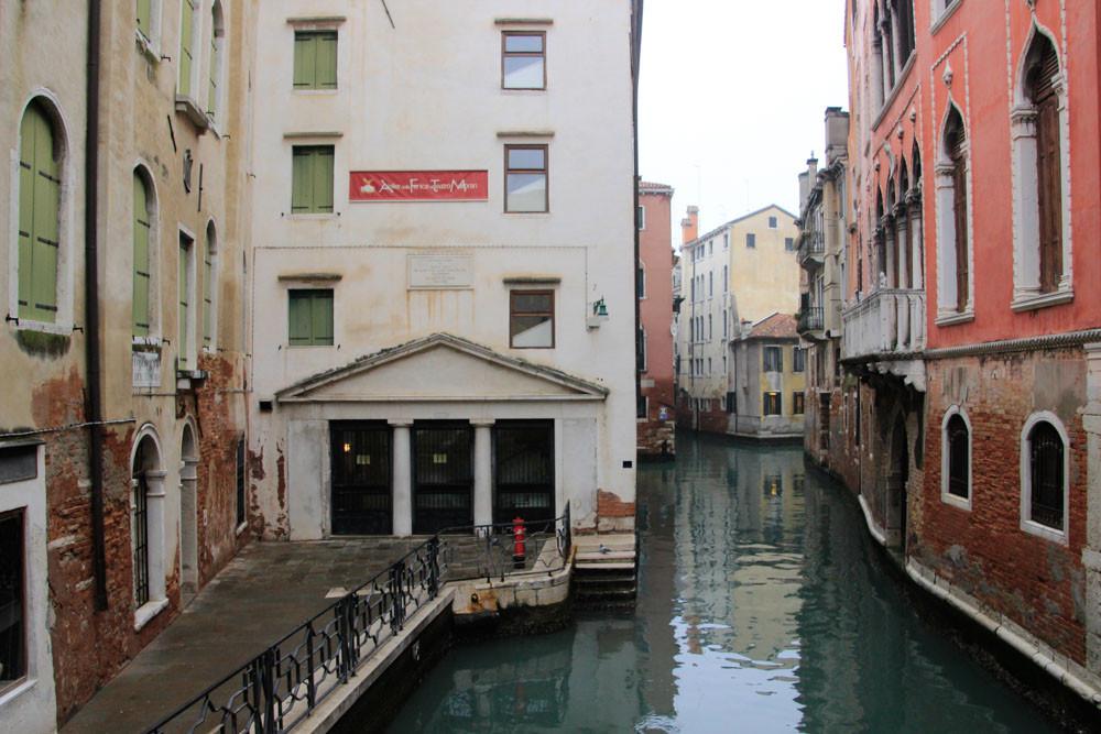 Desde el puente de Marco Polo, se ve la casa de Marco Polo con la placa conmemorativa y desde aquí se puede ver, según la leyenda, la figura etérea de Hao Dong