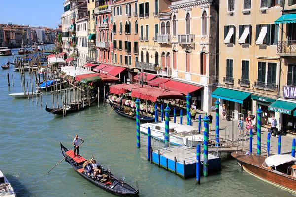 El muraLa Riva del Vin (paseo del vino) corre paralelo al Gran Canal, al pie del Puente de Rialtol de Banksy en Venecia