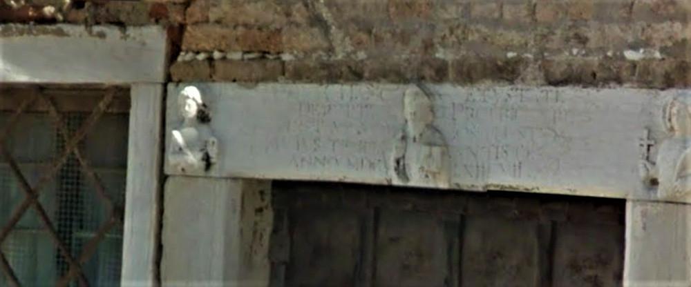 arquitrabe de la puerta de la Escuela, que representa el busto de la bendición de San Basilio