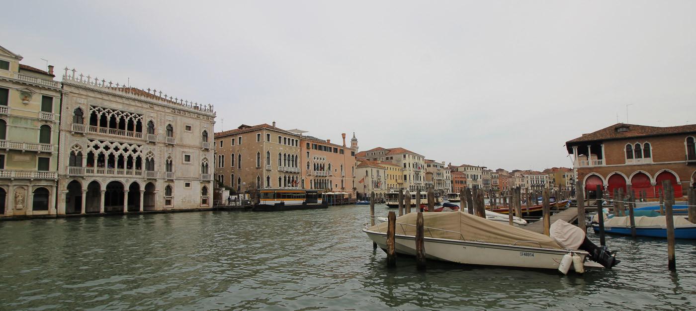 El mercado y enfrente al otro lado del canal, la Ca d'Oro