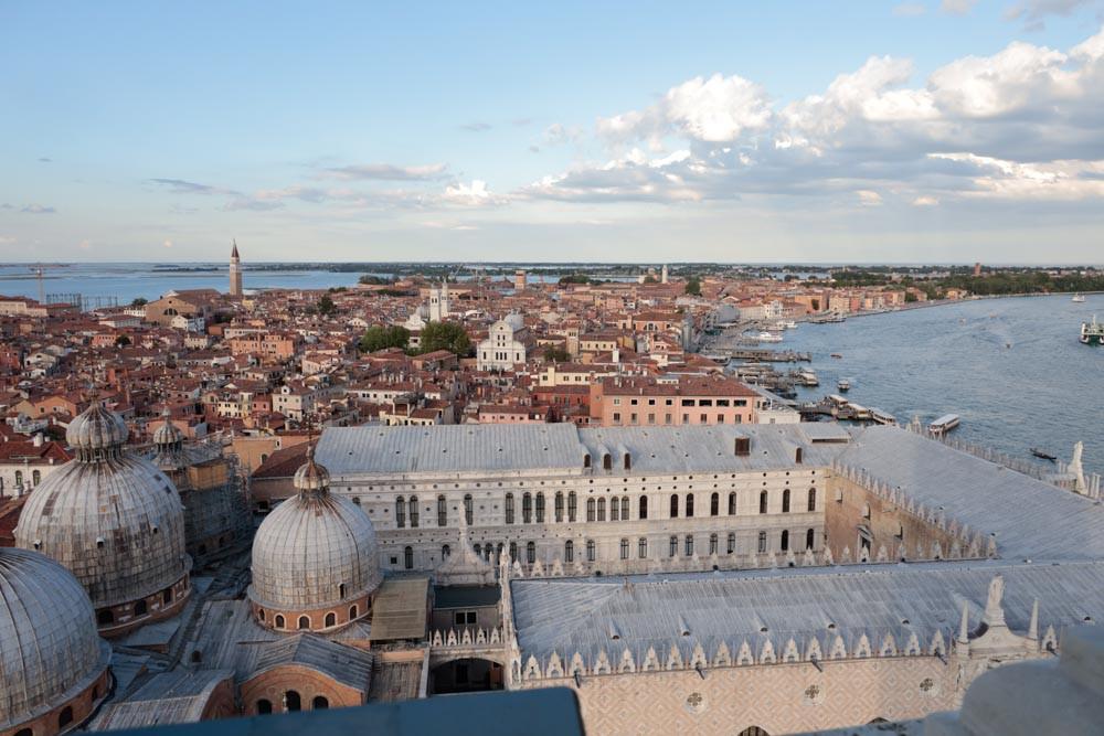 Vistas hacia el Este: Riva degli Schiavoni y las cúpulas de San Marcos y vista del Palacio Ducal en primer término