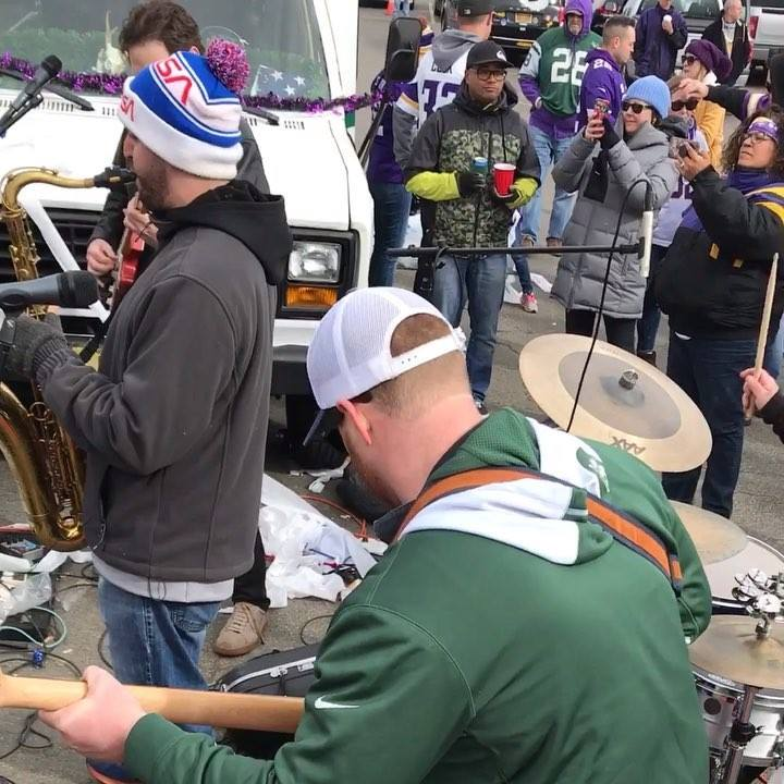 lotta vikings fans... but an awesome time with @magicaljetsbus today! @theshrinesilver crushing the sax per usual