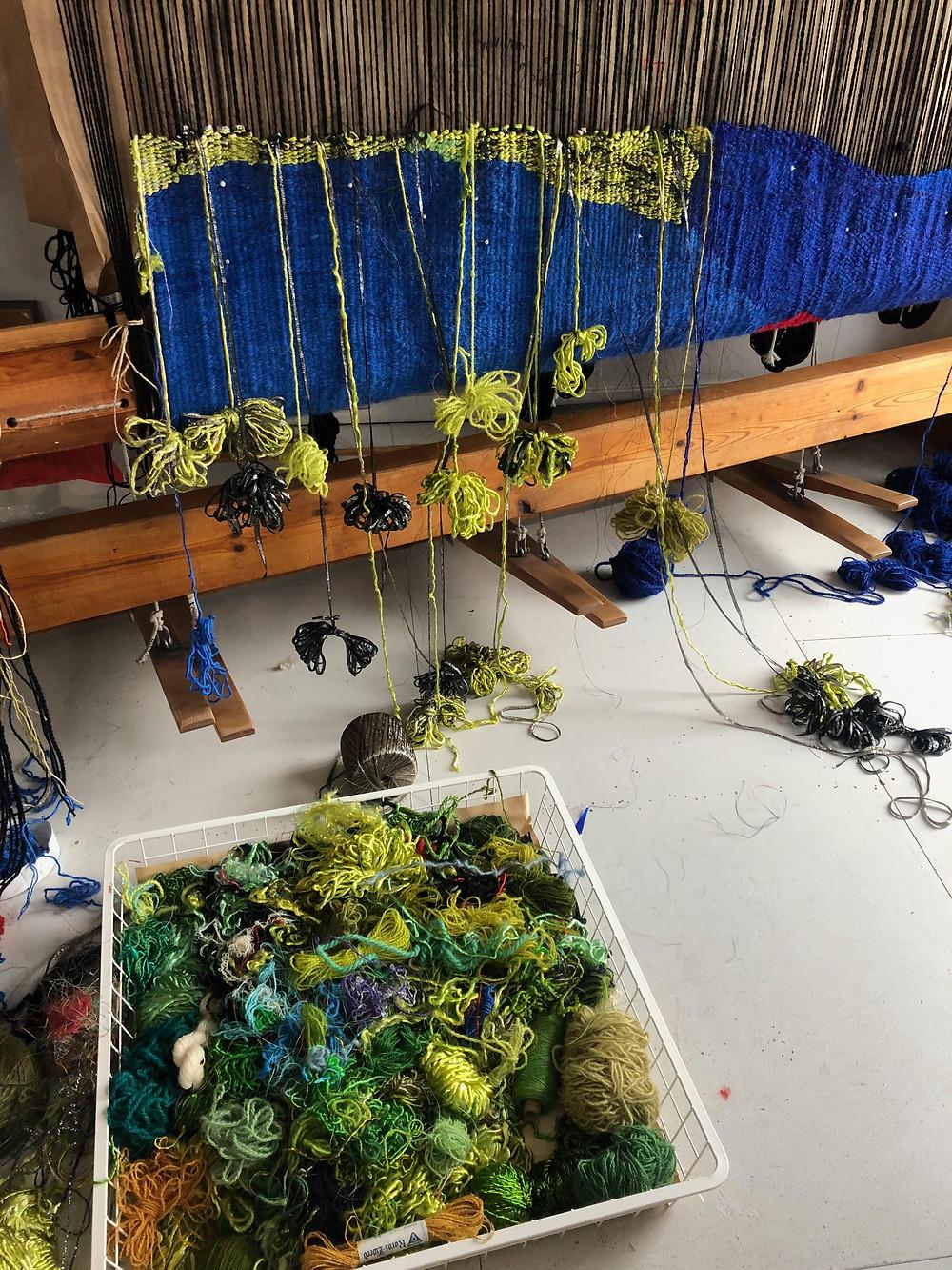 Mye arbeid ligger bak utvelgelse av garn og farger før store og små kunstverk er ferdig i veven. (Foto: Åse Frøyshov)