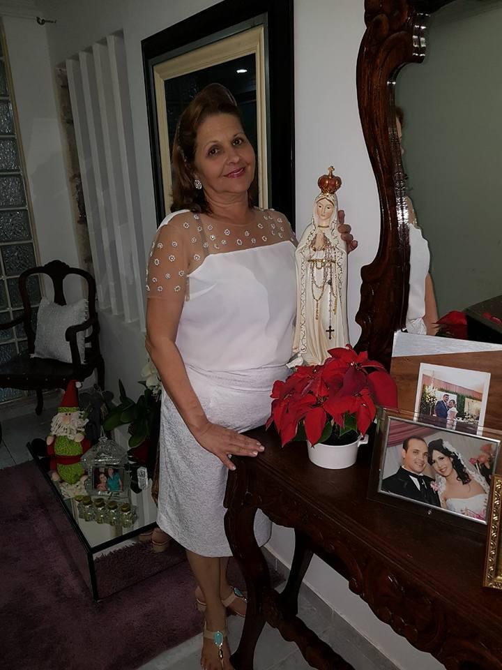 Socorro ao lado de Nossa Senhora de Fátima mostrando toda a sua fé e devoção. Foto: Arquivo pessoal