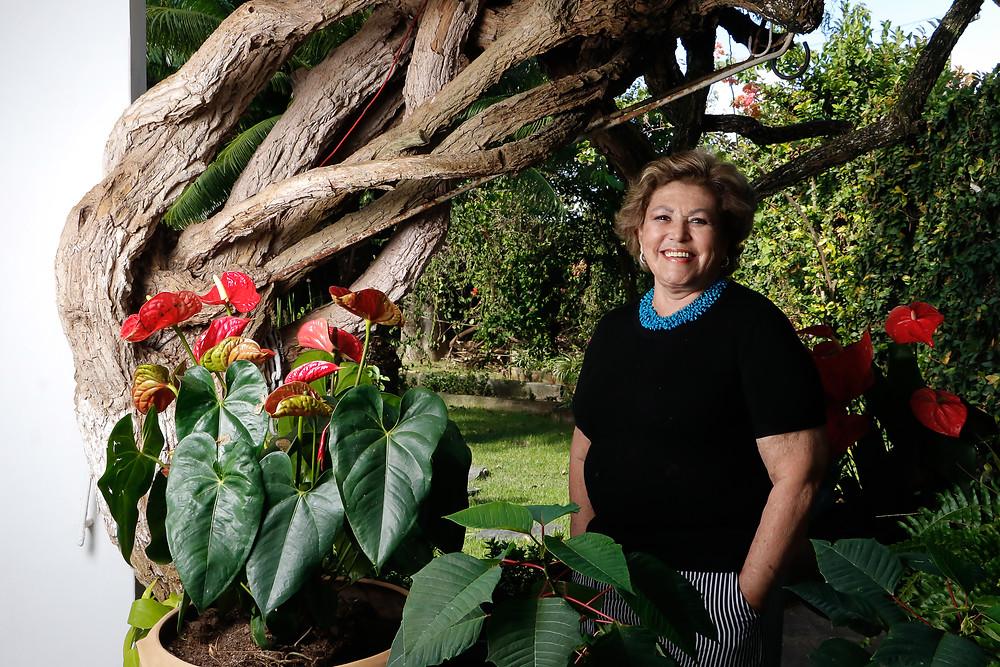 Bem a vontade no jardim de casa, drª Iara gosta de escrever poemas e, em breve, vai lançar o segundo livro. Crédito: Diêgo Albuquerque Fotografia