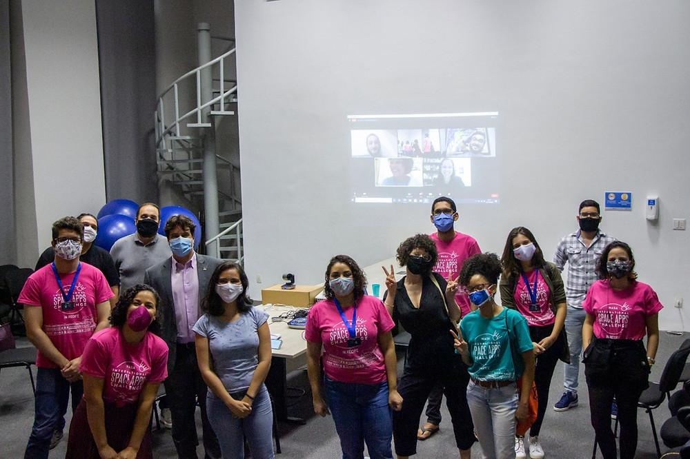 Dani Bezerra (líder local), secretário de Ciência e Tecnologia, Lucas Ramos, convidados  e os líderes das equipes vencedoras, durante a premiação. Créditos: Carol Bezerra