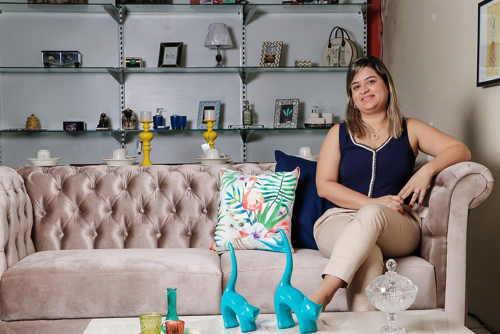 Seguindo os passos do pai, Juliana está empenhada para realizar o sonho de ter uma loja especializada em decoração e utilidade doméstica. Crédito: Diêgo Albuquerque Fotografia