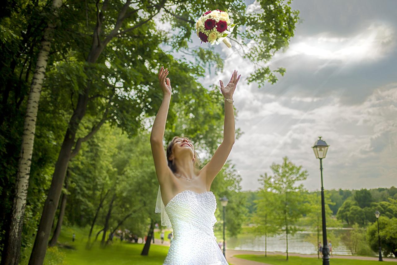 Невеста и свадебный букет.