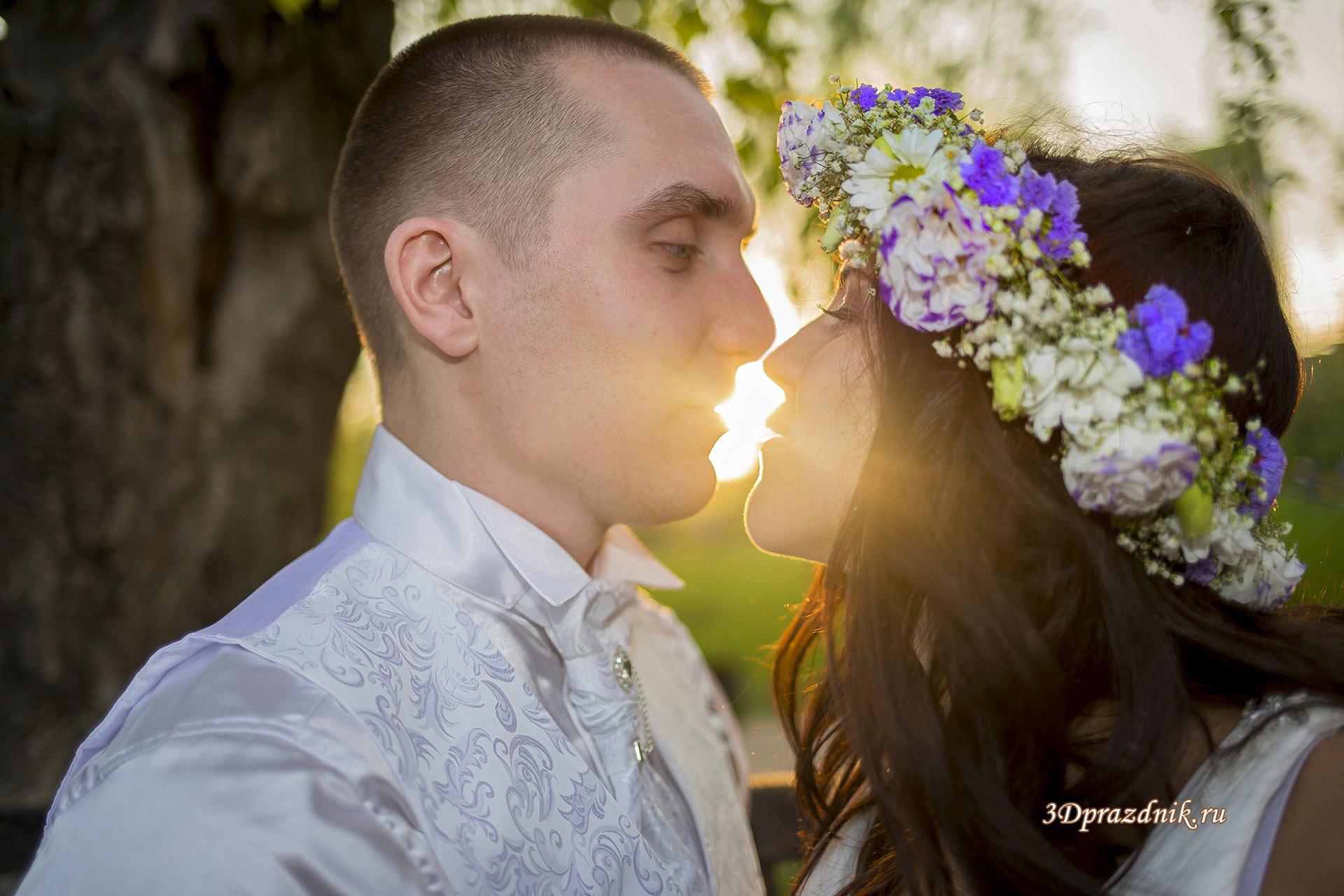 Жених и невеста солнечный поцелуй