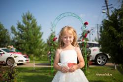 Сестренка жениха и цветочная арка