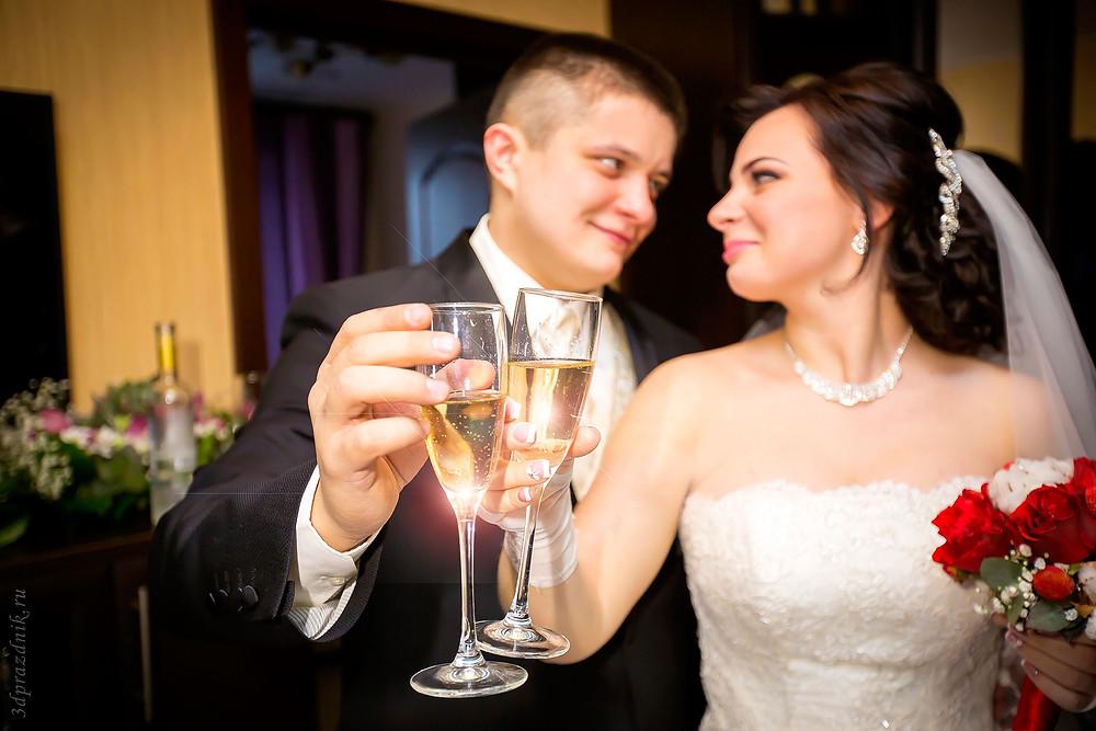 Жених и невеста с бокалами шампанского.jpg