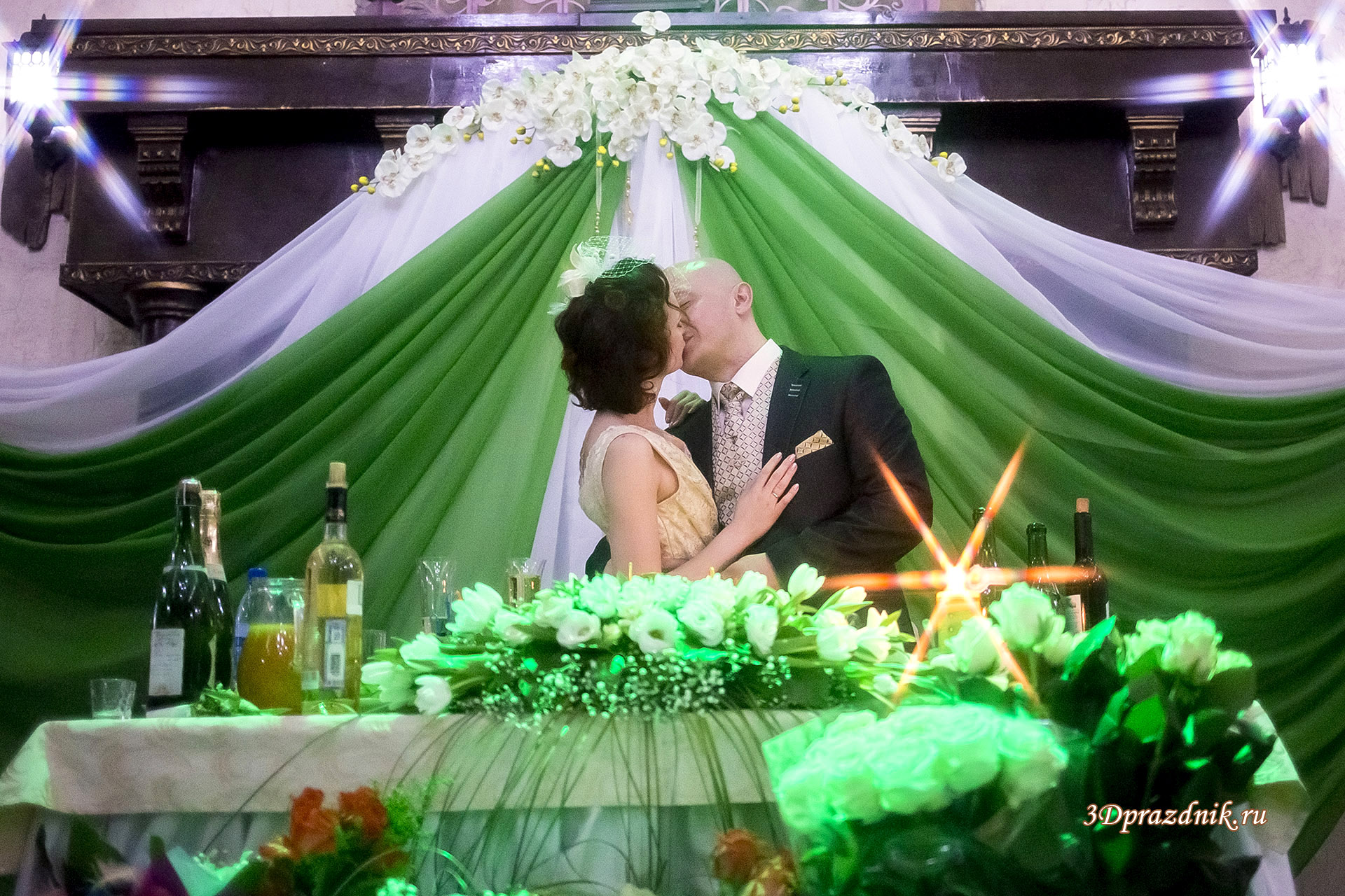 Свадебный банкет. Поцелуй.