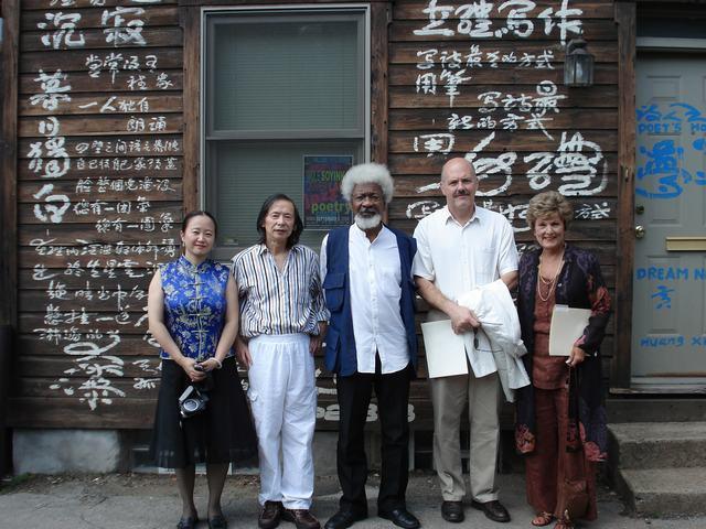 北美避难城作家联盟主席和诺贝尔文学奖获得者索英卡访问黄翔夫妇
