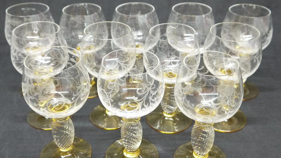 """12 stilvolle """"Alte"""" Weingläser, mit fein beschliffenem Dekor..."""