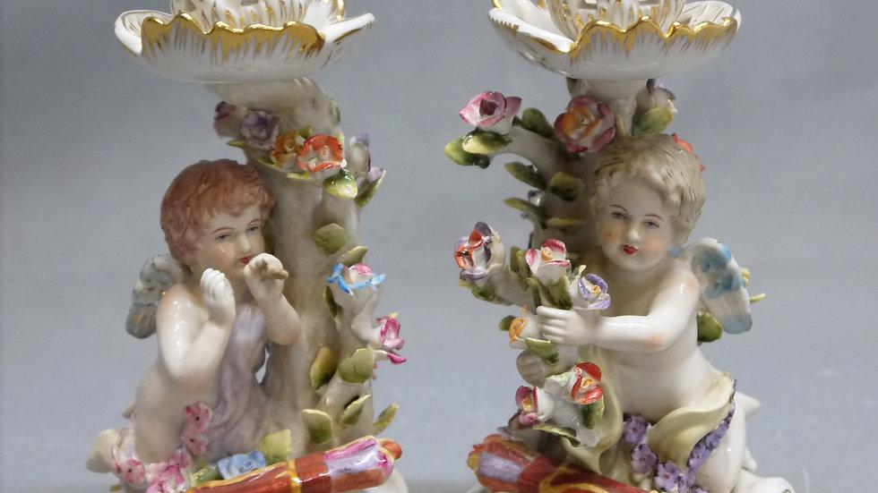 Stilvolles Paar Porzellan-Kerzenhalter mit Puttis...