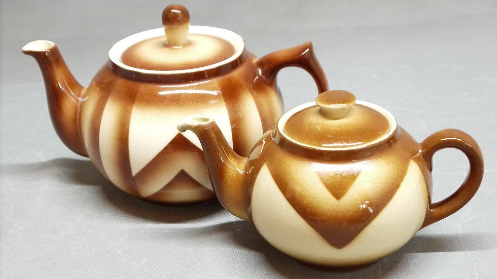 2 Stück schöne Bunzlauer-Keramik, braunes Spritzdekor, um 1920/1930...