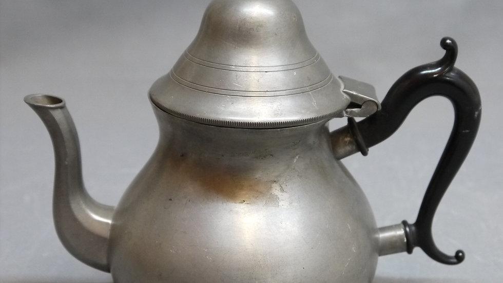 Schöne, alte Tee- Kaffeekanne aus Zinn, mit Holzhenkel...