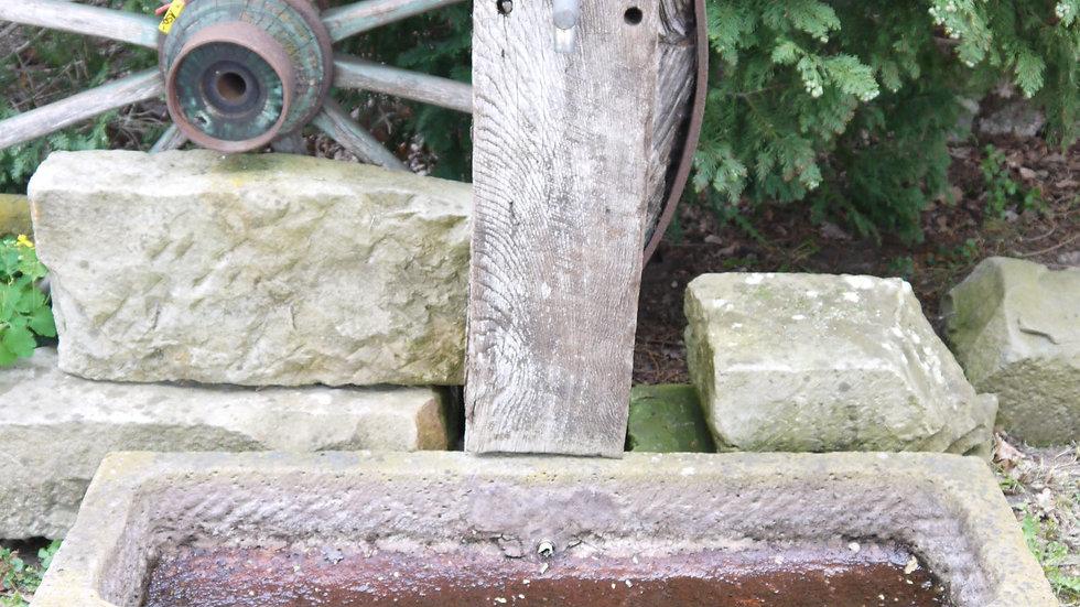 Schöner alter Sandsteintrog m. Eichenbalken, als Wasserspeier...